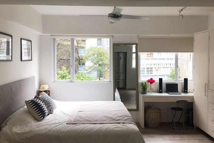 Spacious Modern Studio in hip Sheung Wan + Rooftop