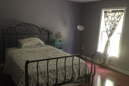 Spacious, sunny room with private guest bath! - Barrington