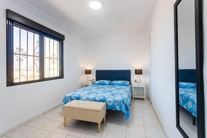 Espacioso dormitorio, con cama doble.