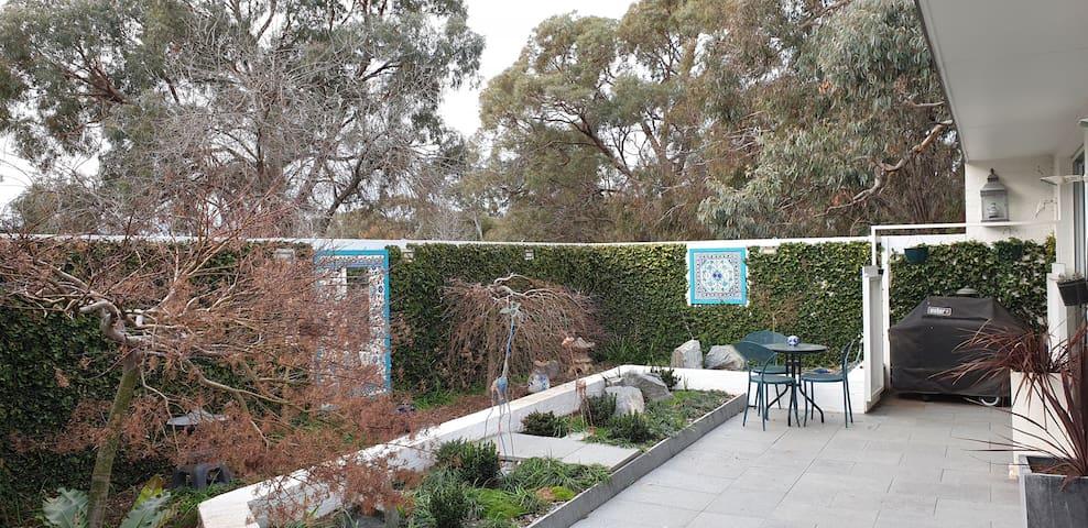 Arrive in Aranda! Bright, spacious garden flat