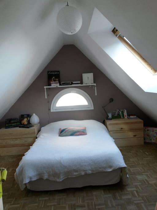 Une chambre parentale sous les toits.