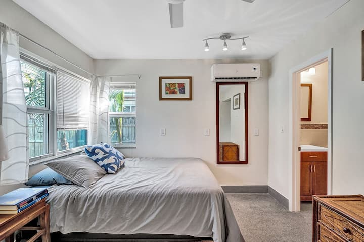 Promo! 20 steps from the beach studio/1bath, Hollywood, Free Parking and BBQ