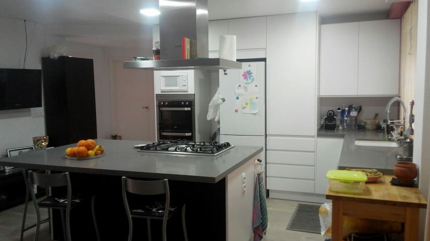 Double room with private bathroom close to metro - Almàssera - Byt