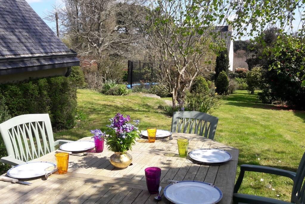 table de jardin et trampoline