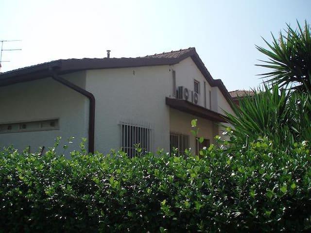 Villa bifamiliare con giardino - Capalbio Scalo - Huis