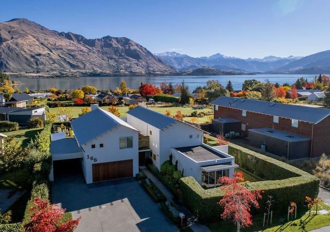 Stylish apartment with stunning Lake Wanaka views