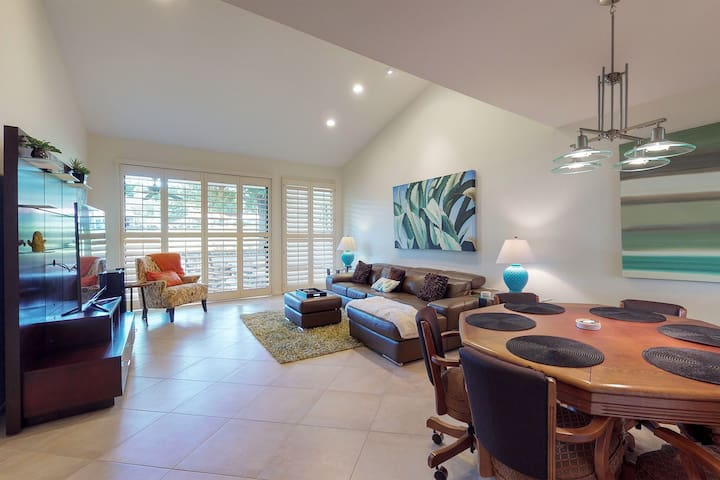 Modern condo w/ poker table, shared hot tub, pool & tennis courts!