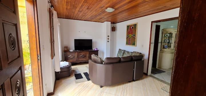 Casa com garagem próximo a Praça Tiradentes