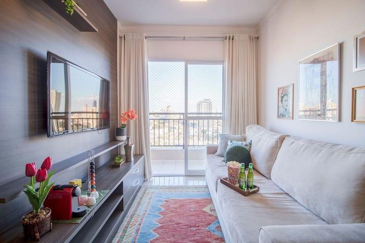 2 bedroom, cozy, 200m from green line metro, pool.