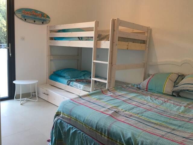 Chambre n°3 plus typée enfants, un lit en 140cm, deux lits superposés et un lit d'appoint.  CLIMATISÉE