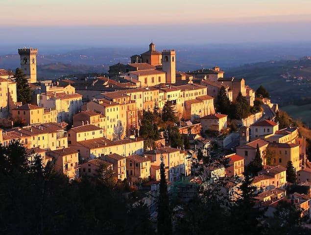 Calore familiare in un bel borgo storico: Arcevia
