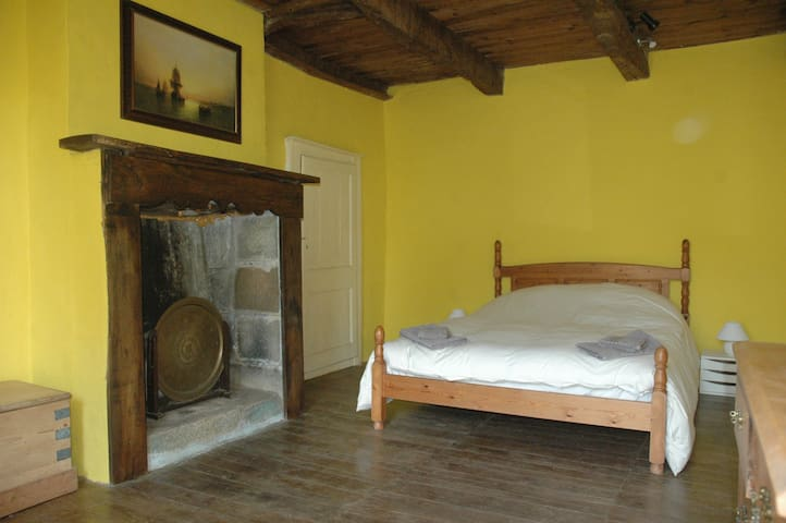 Kerguedalen: Large room in a Breton farmhouse.