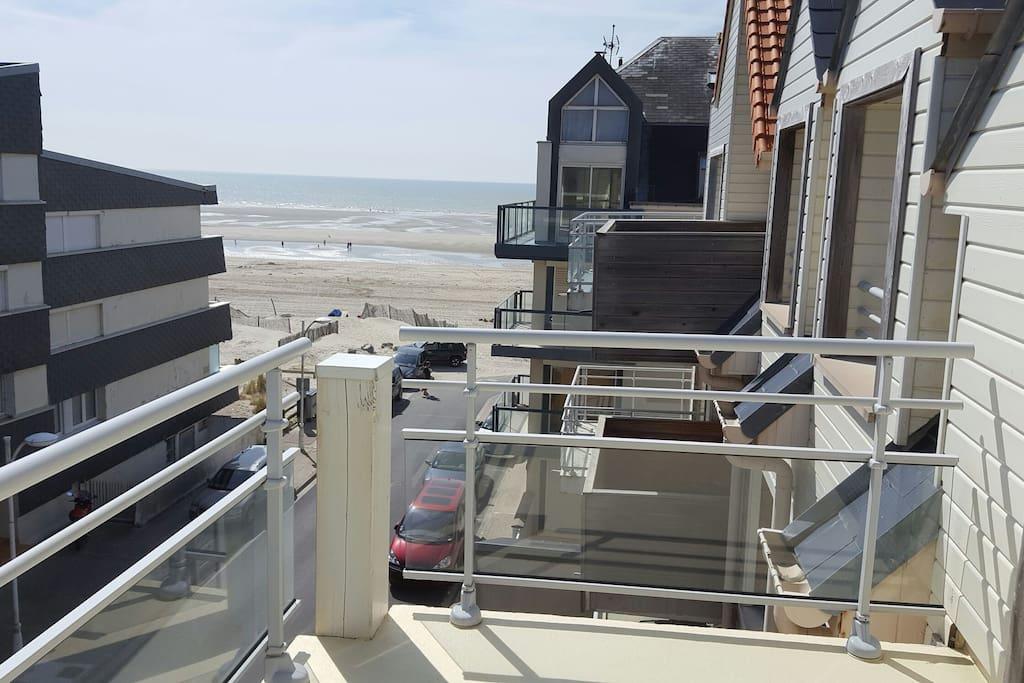 Balcon avec belle vue sur la mer plein sud sans vis à vis au 3ème étage.