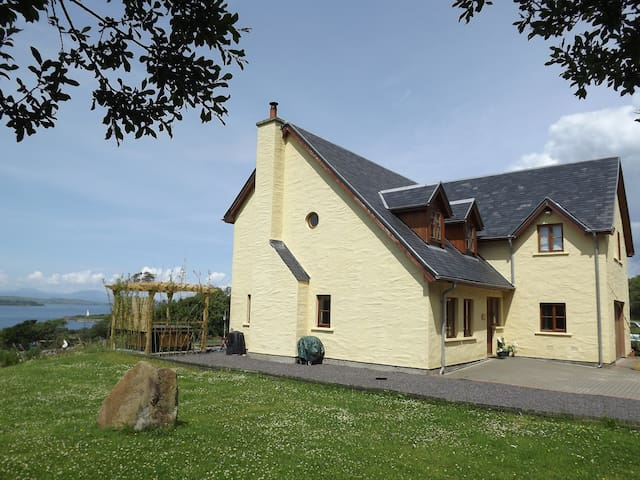 House with stunning mountain, island and sea view - Craobh Haven