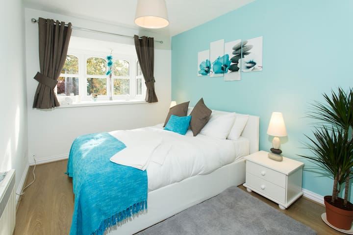 Stunning 2 Bed Apartment with FREE PARKING & WIFI