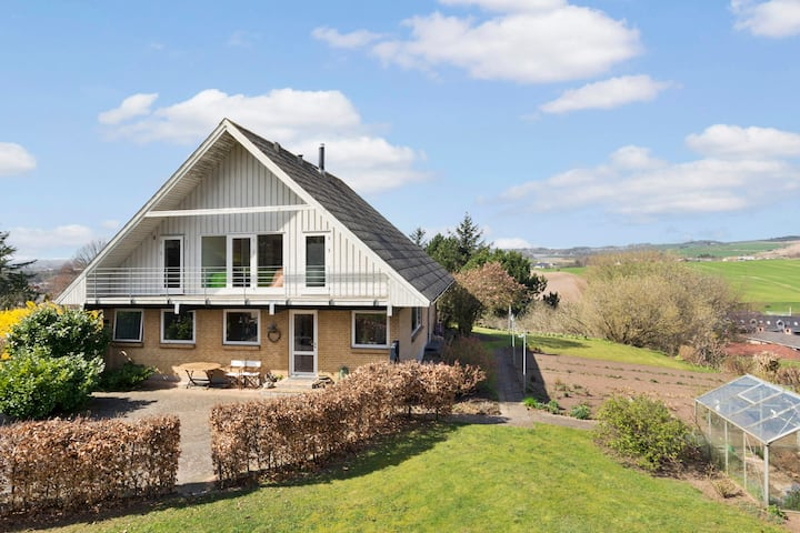 Stor villa nær strand, skov, Århus og Mols Bjerge