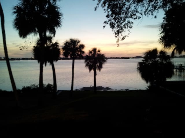 Cozy efficiency 4 @ 15 min to beach - Clearwater - Apartamento