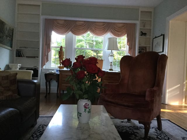 Beautiful Colonial House Room 2
