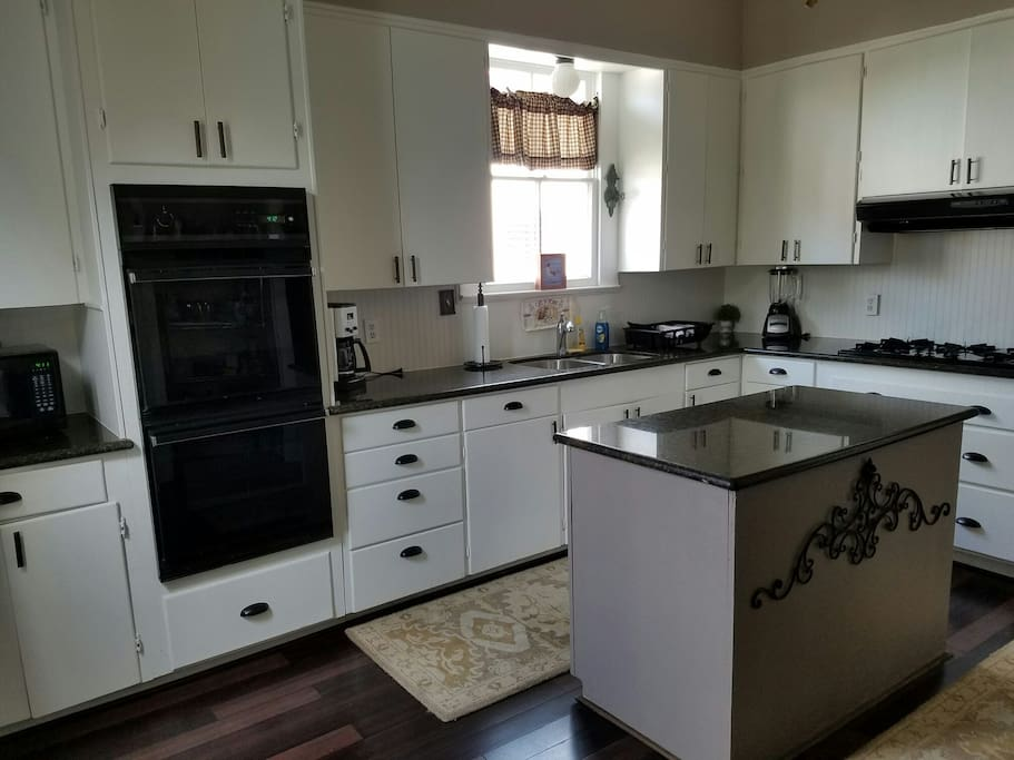 Fully equipped kitchen, prepare a sit down dinner or pack a picnic.