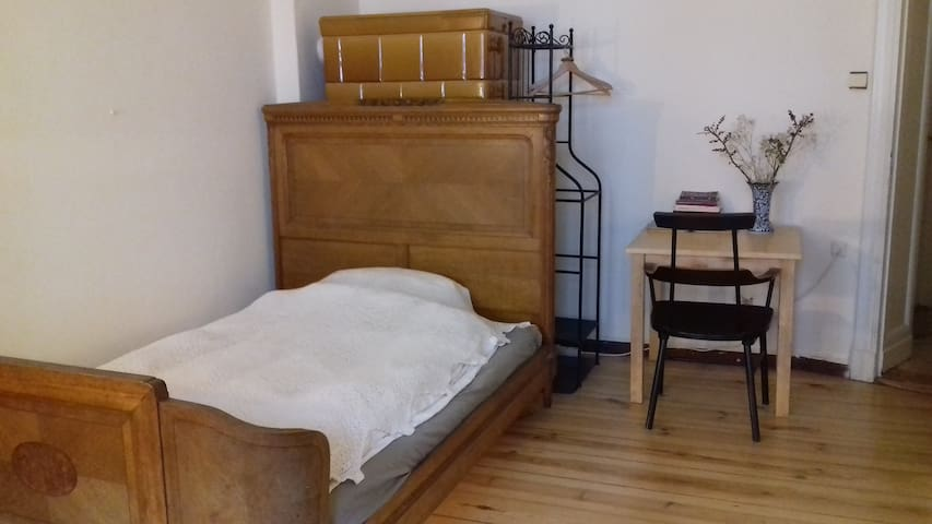 **Cozy room with Balcony near Tempelhof Park**