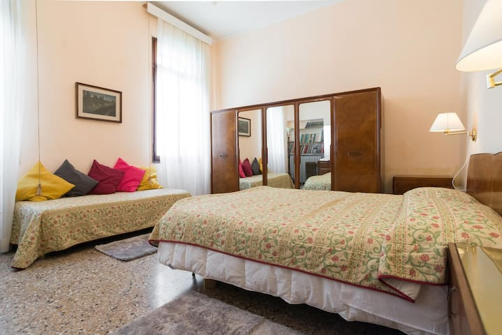 Triple Room, court view (king size bed and single bed)_Flat