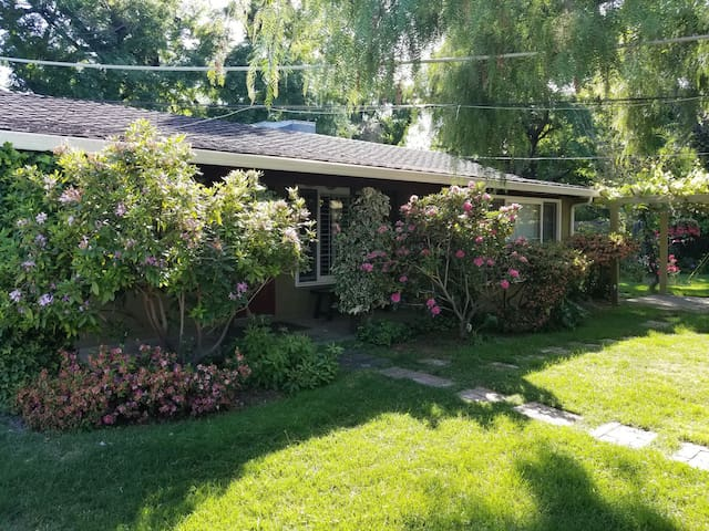 Pepper Tree Cottage with Pool