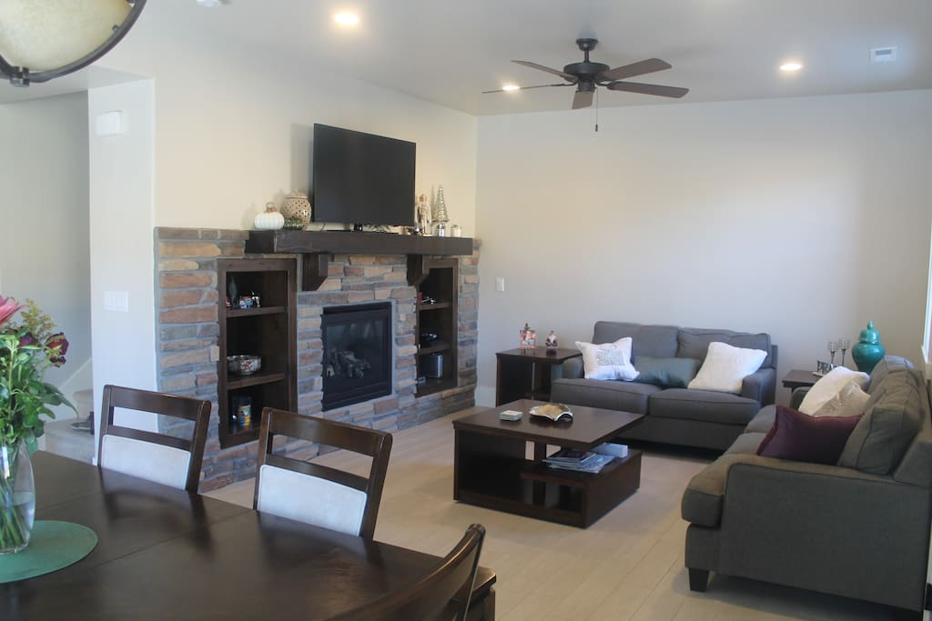 Living Room - 50' TV - PS 4 - Fireplace - Boardgames