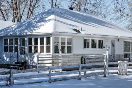 3BR Charming Cottage Steps to the Simcoe Lake - Innisfil - Blockhütte