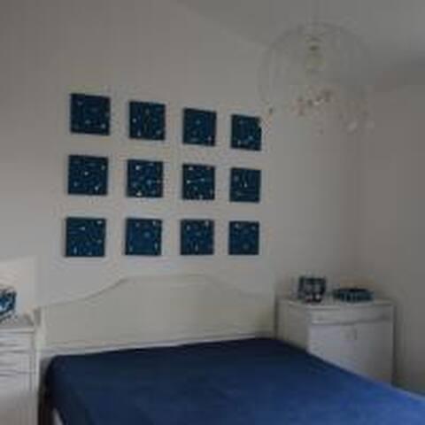 stanza da letto matrimoniale con ampio armadio a muro