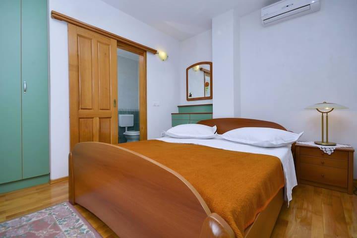House Topic -Double Room (Green), Balcony,