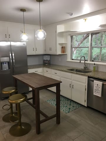 Mid Century Bungalow less than 5 mi from UA!