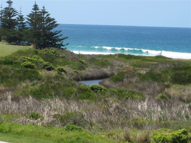 Watch the whales from the balcony. - North Narooma - Appartement