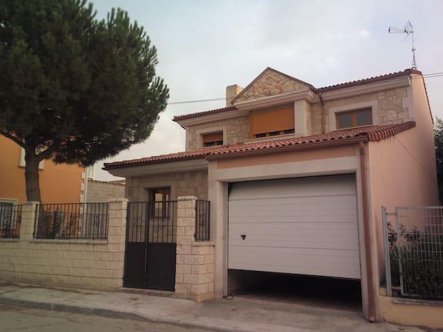Casa con patio entre Cuéllar y Peñafiel