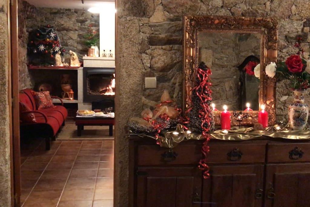 Entrada e sala e cozinha com lareira - Casa do Poço -  Urrós- Parque Natural do Douro Internacional- Reserva da Biosfera Transfronteiriça Meseta Ibérica - UNESCO