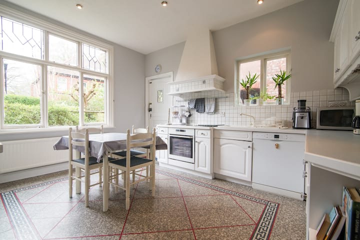 Beautiful West Didsbury House With Private Garden.