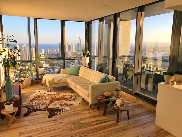 OCEAN VIEW Immaculate Modern Unit - Southport