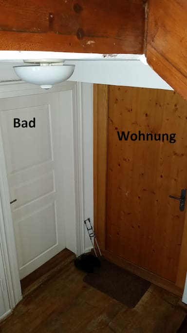 Haupteingang der Wohnung mit Bad nebenan