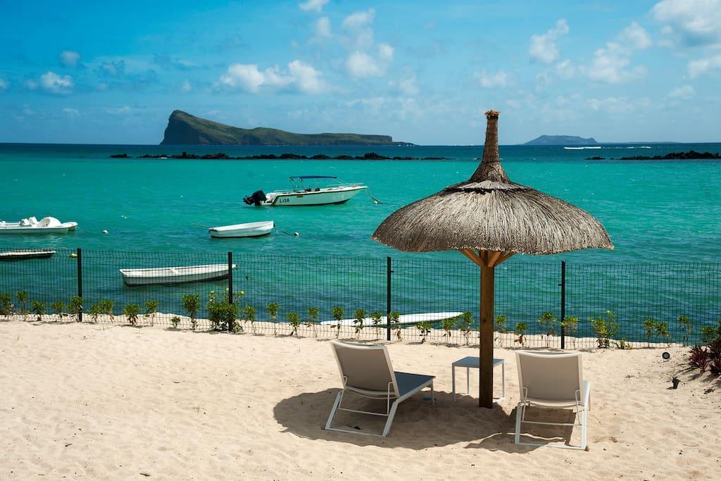 La plage sécurisée devant la villa.