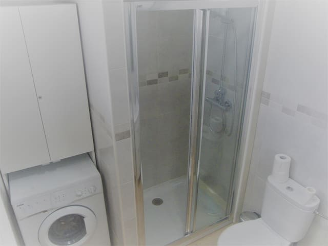 Spacious shower and washing machine for long lets