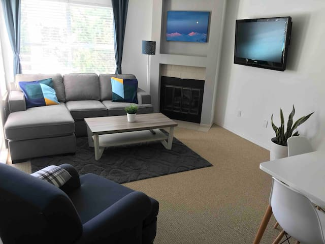 Cozy 1 BR Condo sleeps 4, FREE Parking, ski in/out