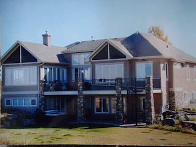 Spacious 3 Bed 3 Bath home close to South Calgary.