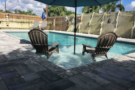 FAMILY FRIENDLY with CRIB**Heated Pool** Naples!!!