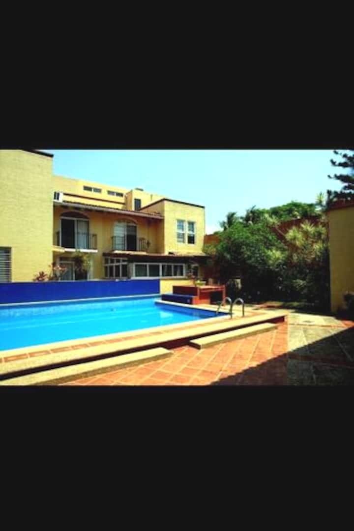 Confortable habitación, zona residencial y alberca