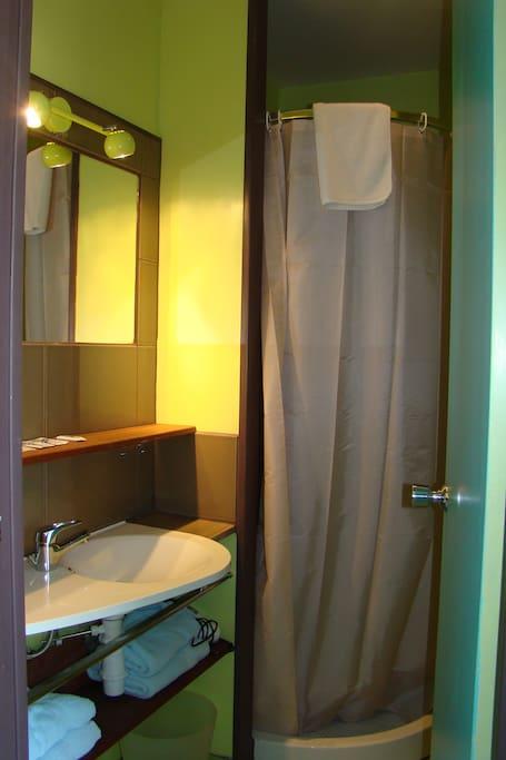 salle d'eau avec douche, wc, lavabo sèche-cheveux