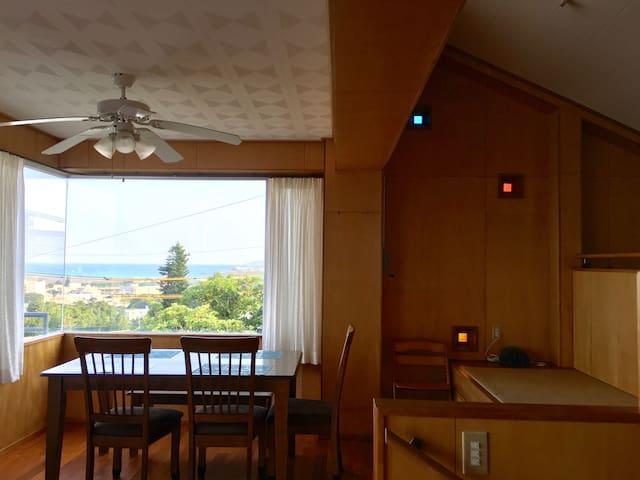 ダイニングテーブルの右隣には、琉球畳みと琉球ガラス