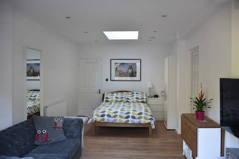 Self contained modern studio apartment in Twyford