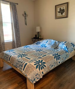 Nice and cozy room in SE Austin close to airport!