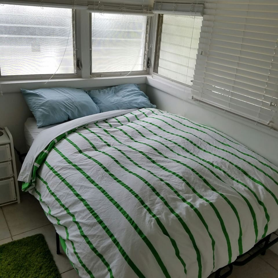 Queen bed sleeps 2 comfortably