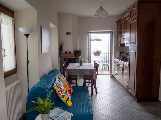 Wohnraum und Küche mit Balkon im Apartment Costantino