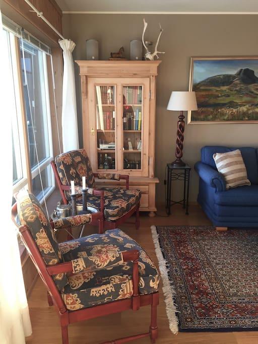 Koselig stue med stoler og sofa